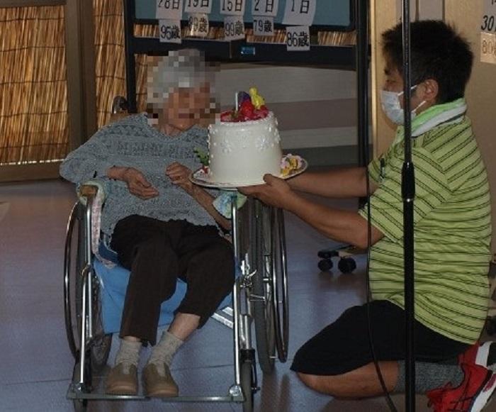 代表者にケーキをお渡ししました